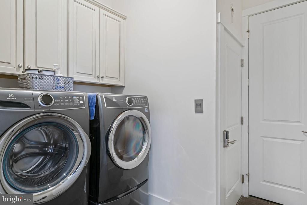 The laundry room and entry to garage - 17037 SILVER ARROW DR, DUMFRIES
