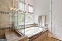 Soaking tub and frameless shower - 17037 SILVER ARROW DR, DUMFRIES