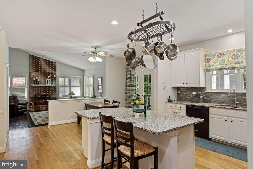 spacious yet close to the action! - 1114 HEARTFIELDS DR, SILVER SPRING