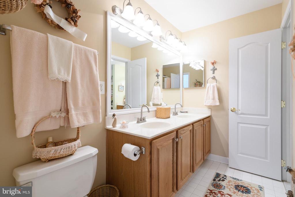 Jack and Jill Bathroom - 6191 TREYWOOD LN, MANASSAS