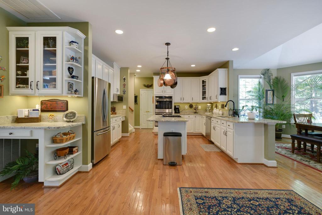 Large Open Concept Kitchen - 6191 TREYWOOD LN, MANASSAS