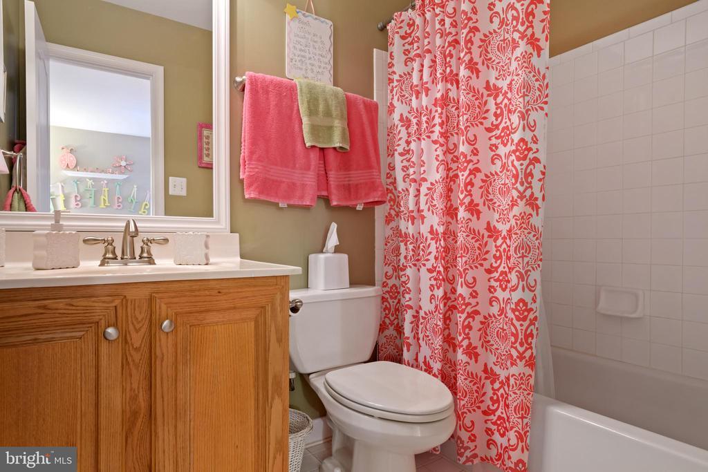 Private Bath in Bedroom 2 - 6191 TREYWOOD LN, MANASSAS