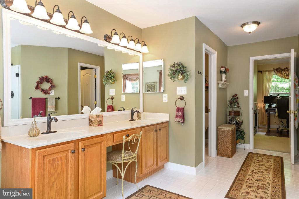Large lighted counter with double sinks - 6191 TREYWOOD LN, MANASSAS