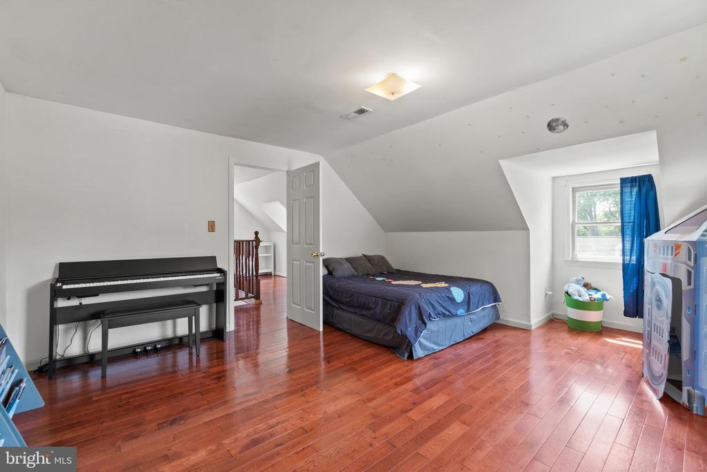 Secondary bedroom is also sizable... - 2915 MONROE PL, FALLS CHURCH