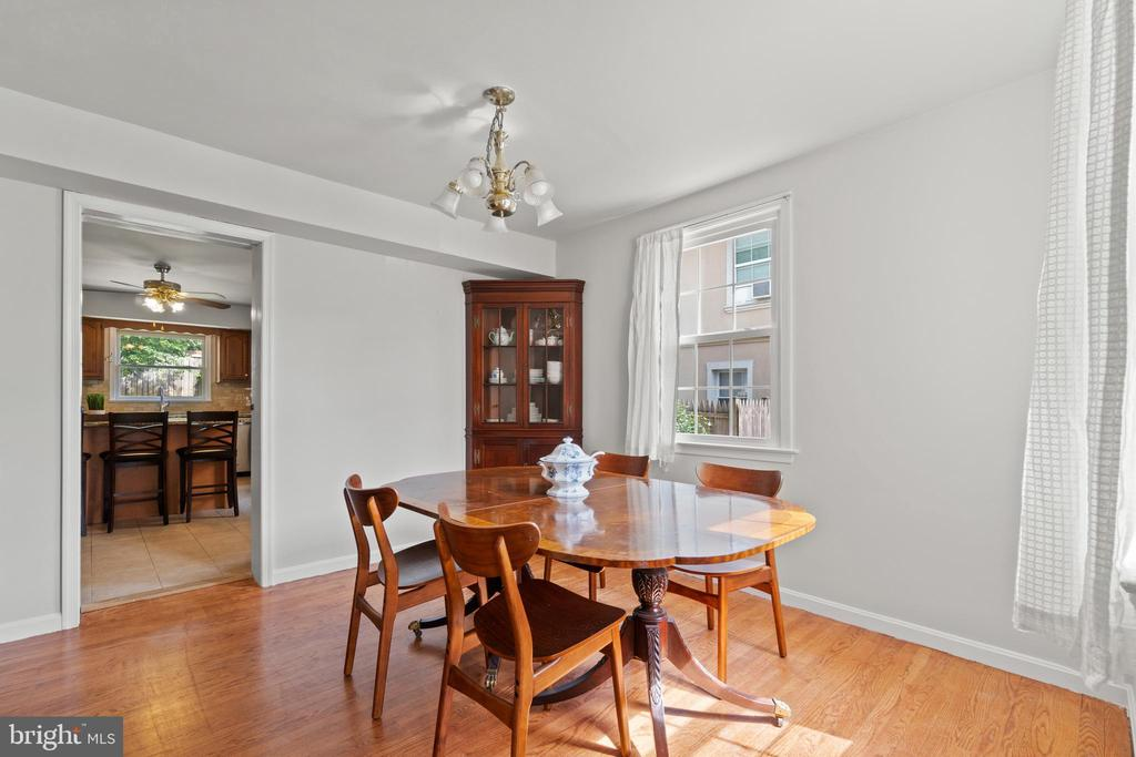 Formal dining room is right off the kitchen. - 2915 MONROE PL, FALLS CHURCH