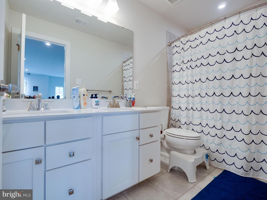 Hall Upper Level Bathroom - 6877 WOODRIDGE RD, NEW MARKET