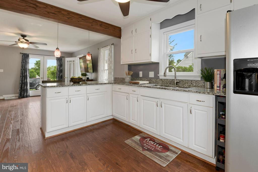 Kitchen opens to Family Room - 17516 HARMONY CHURCH RD, HAMILTON
