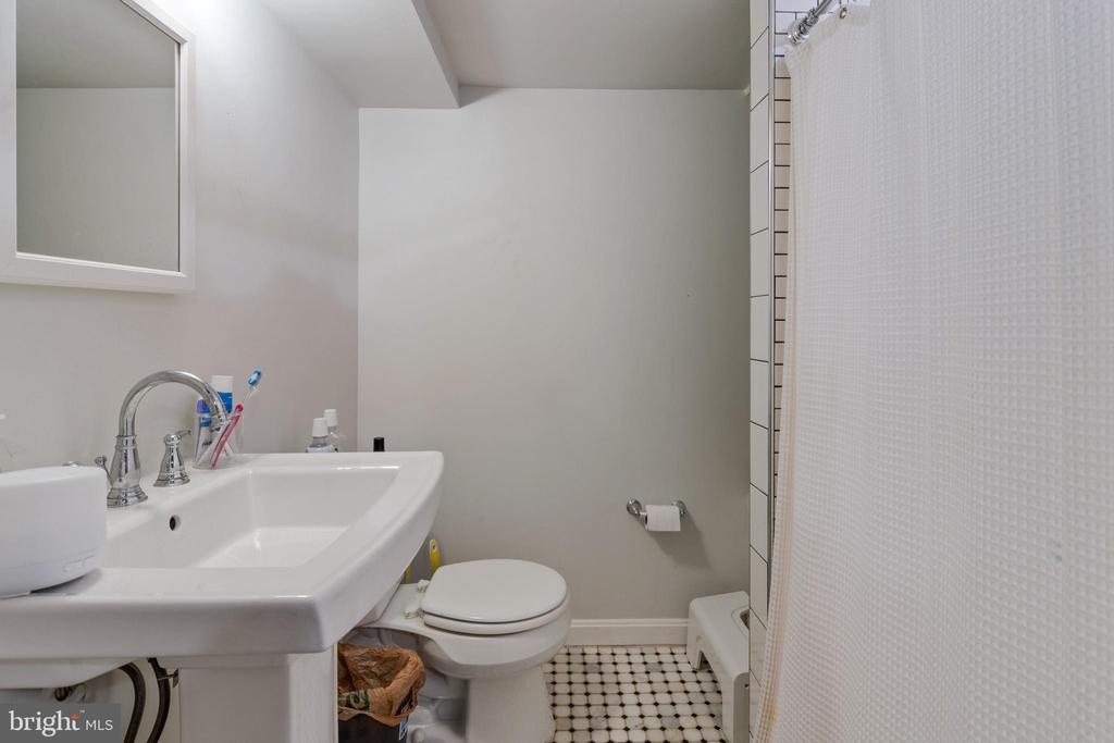 Full bathroom in lower level - 1701 N RANDOLPH ST, ARLINGTON