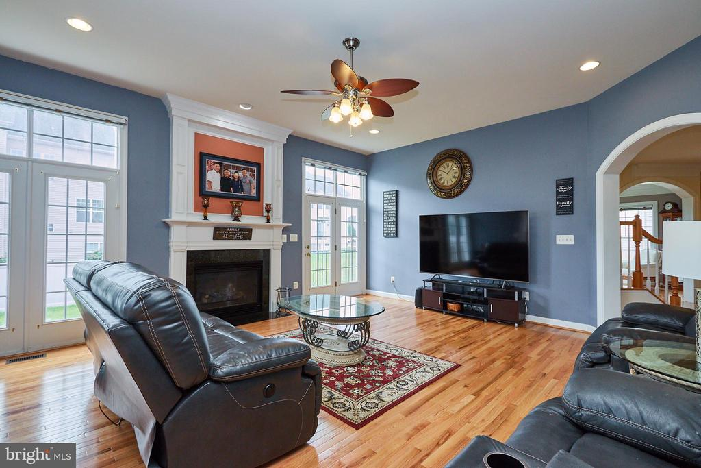 Large Great Room w/Gas Fireplace - 504 PAGE ST, BERRYVILLE