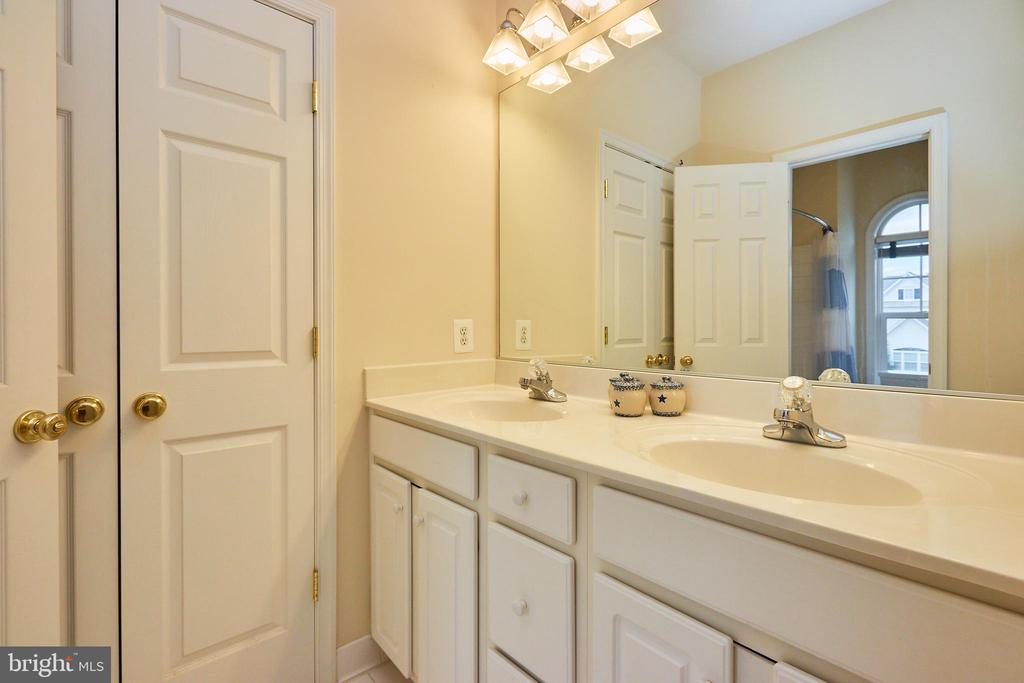 Hall Bath with Double Sinks - 504 PAGE ST, BERRYVILLE