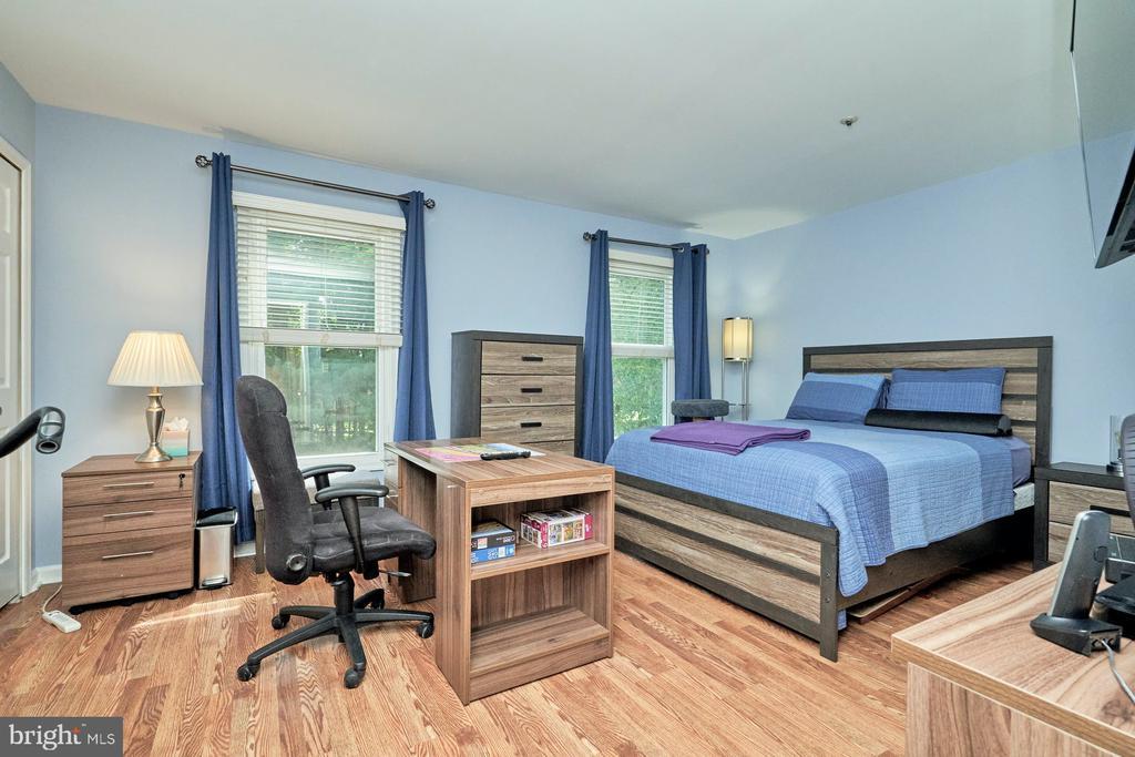 Large secondary bedroom - 7937 BLUE GRAY CIR, MANASSAS