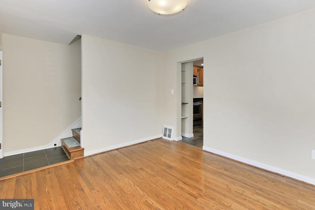 Spacious Living Room - 2029 S OAKLAND ST, ARLINGTON