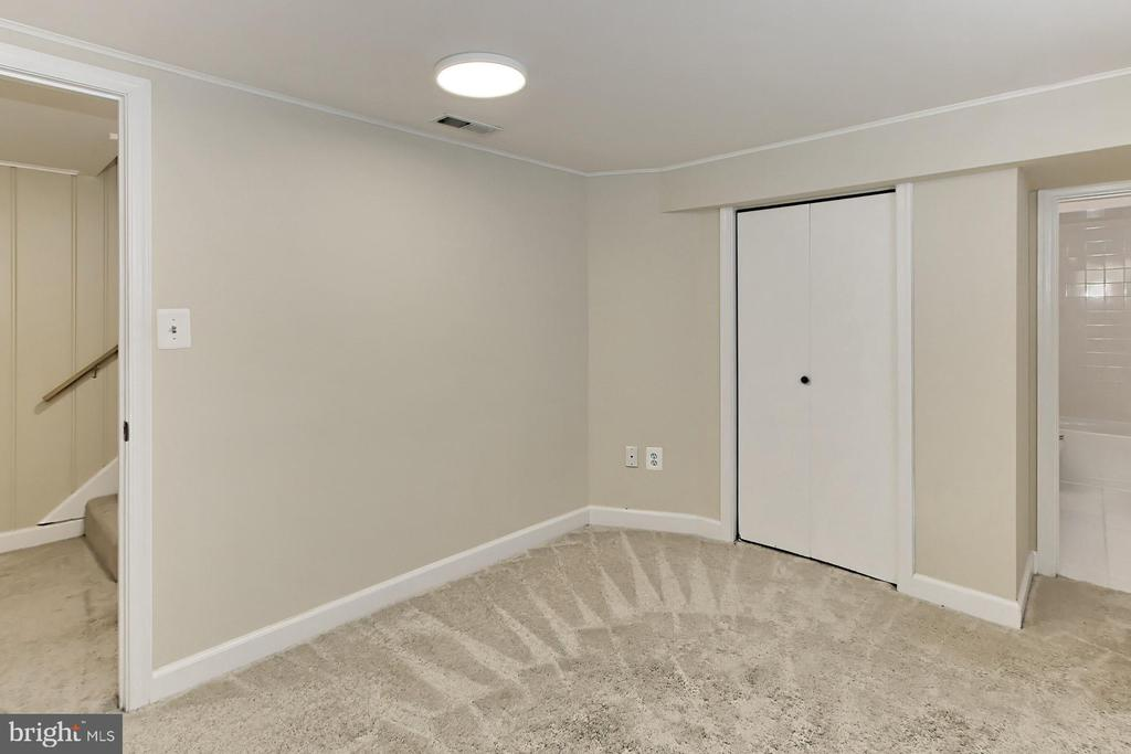 Closet Storage and Adjoining Bath - 2029 S OAKLAND ST, ARLINGTON