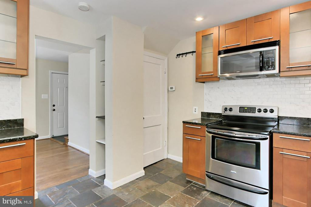 Fairly New Stove and Microwave - 2029 S OAKLAND ST, ARLINGTON