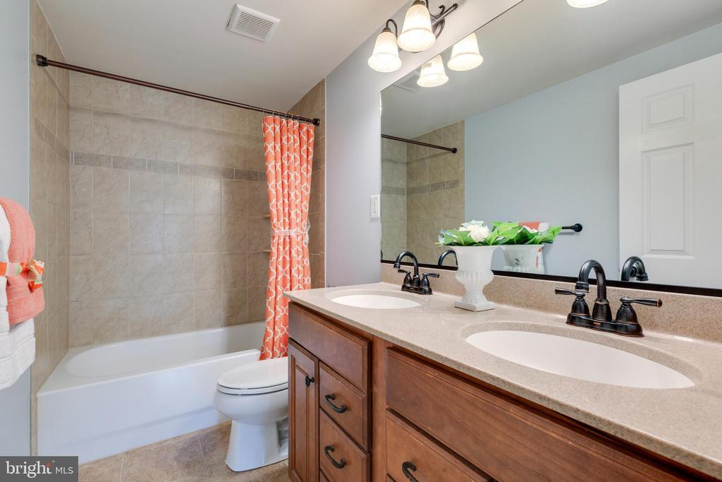 2nd Full Bathroom with dual sinks - 4290 CANDLESTICK CT, DUMFRIES