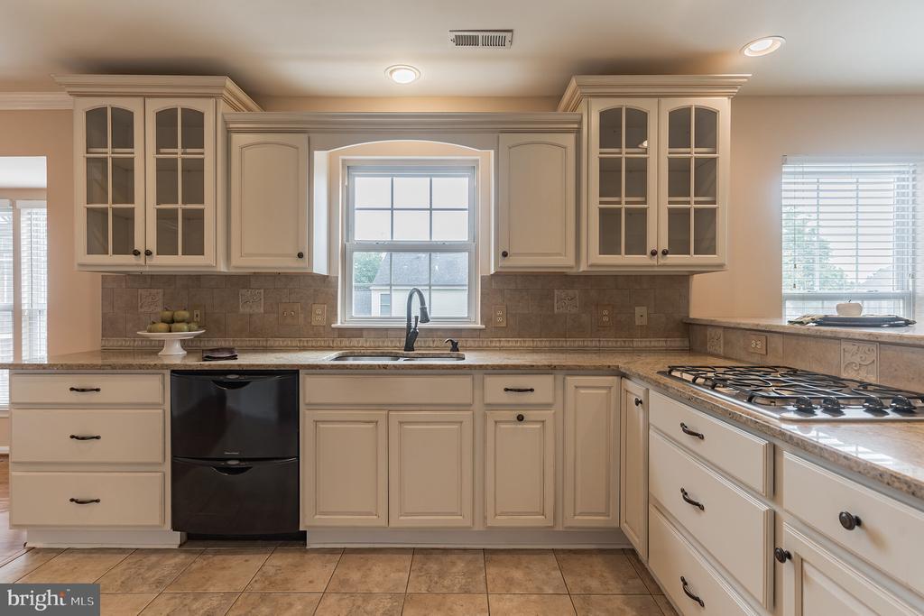 Beautiful white kitchen cabinets - 133 NORTHAMPTON BLVD, STAFFORD