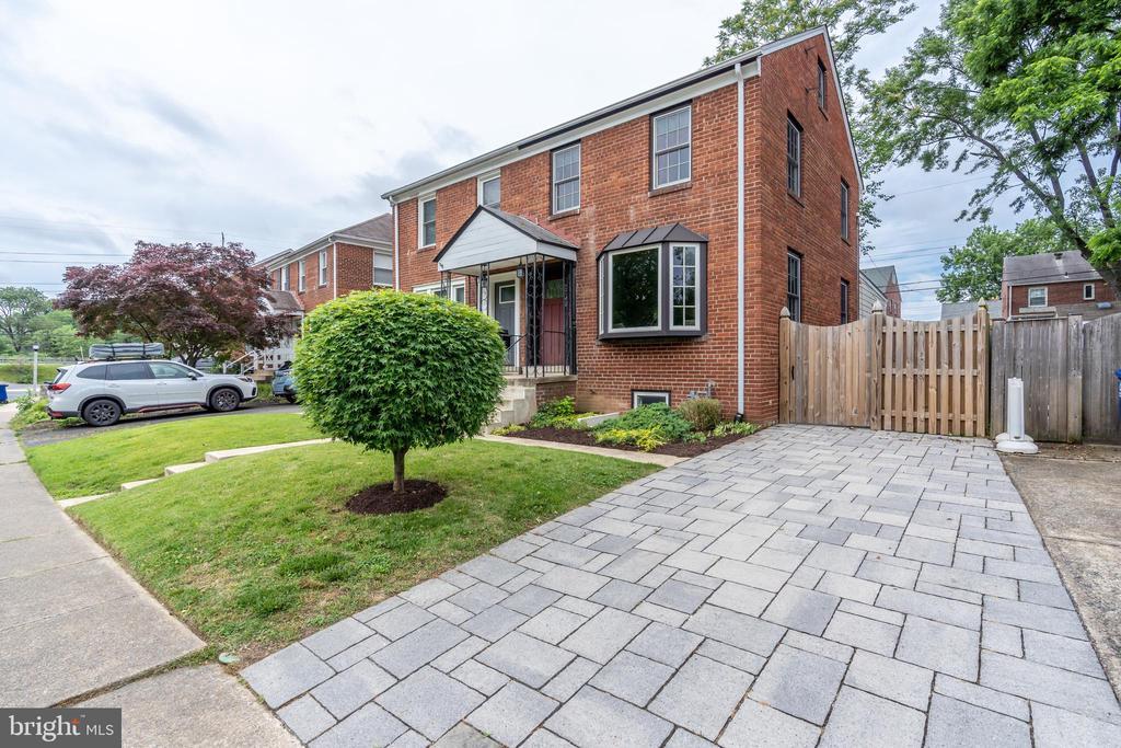 Welcome home!   Pristine 3 bedroom 2 bath duplex! - 2740 S TROY ST, ARLINGTON