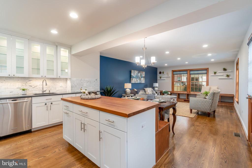 Kitchen island overlooking family room - 2740 S TROY ST, ARLINGTON