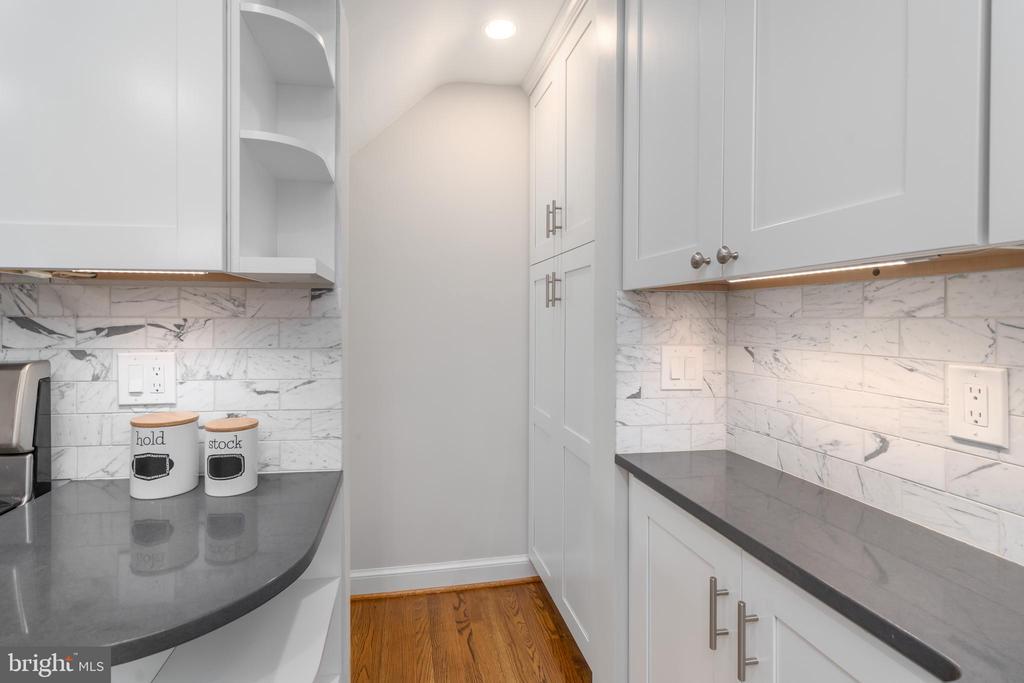 Gourmet kitchen - 2740 S TROY ST, ARLINGTON