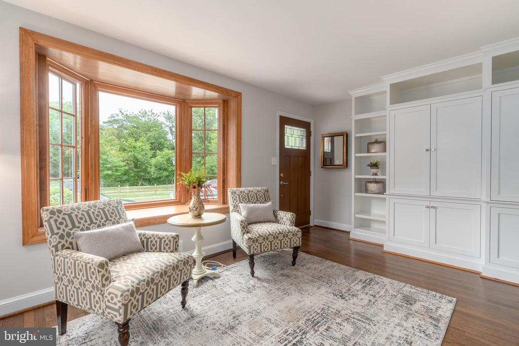 Bay window and built-ins in living room - 2740 S TROY ST, ARLINGTON