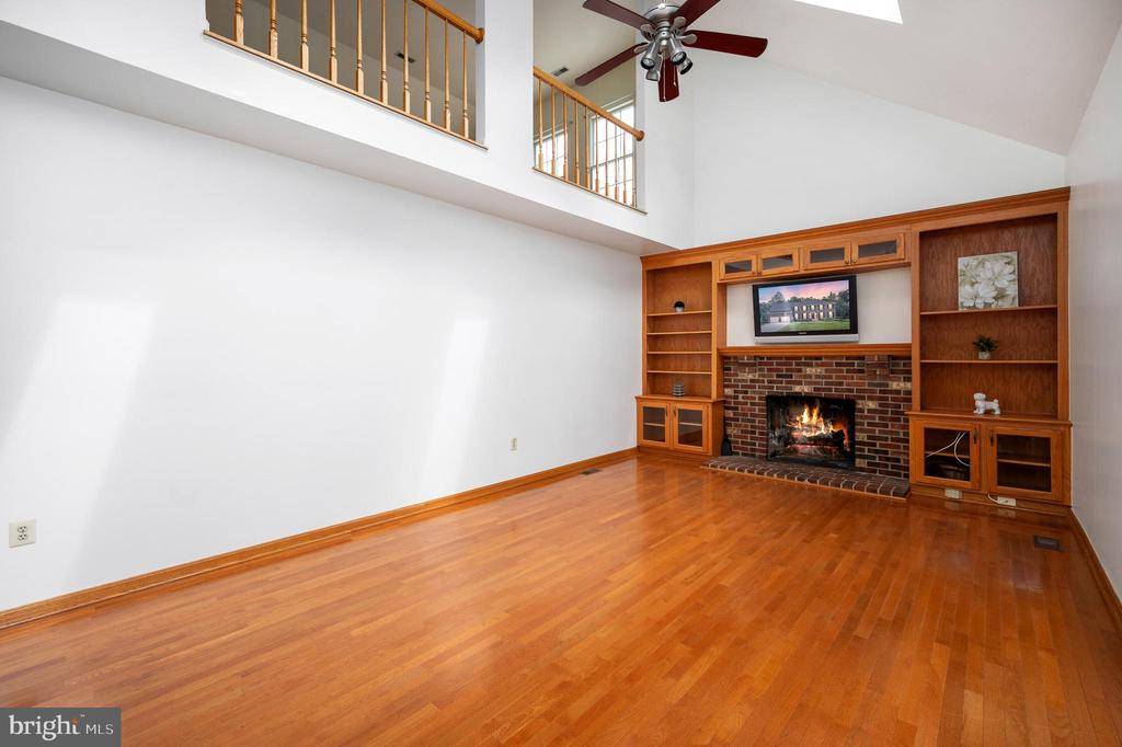 Large Family Room with a Fireplace and Built-Ins - 9 OAKBROOK CT, STAFFORD