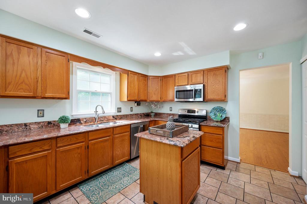 Large Kitchen with Island - 9 OAKBROOK CT, STAFFORD