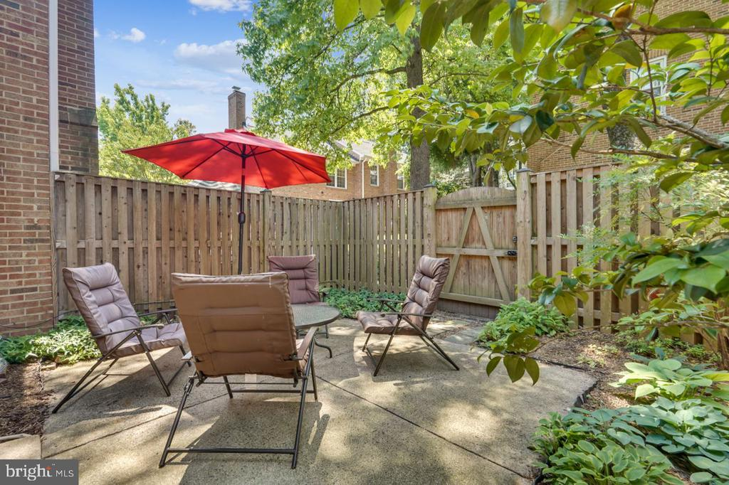 Private patio space - 2564-A S ARLINGTON MILL DR S #5, ARLINGTON