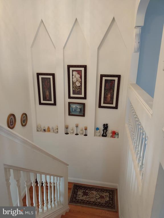 Custom insets in stairway. - 745 & 747 MERRIMANS LN, WINCHESTER