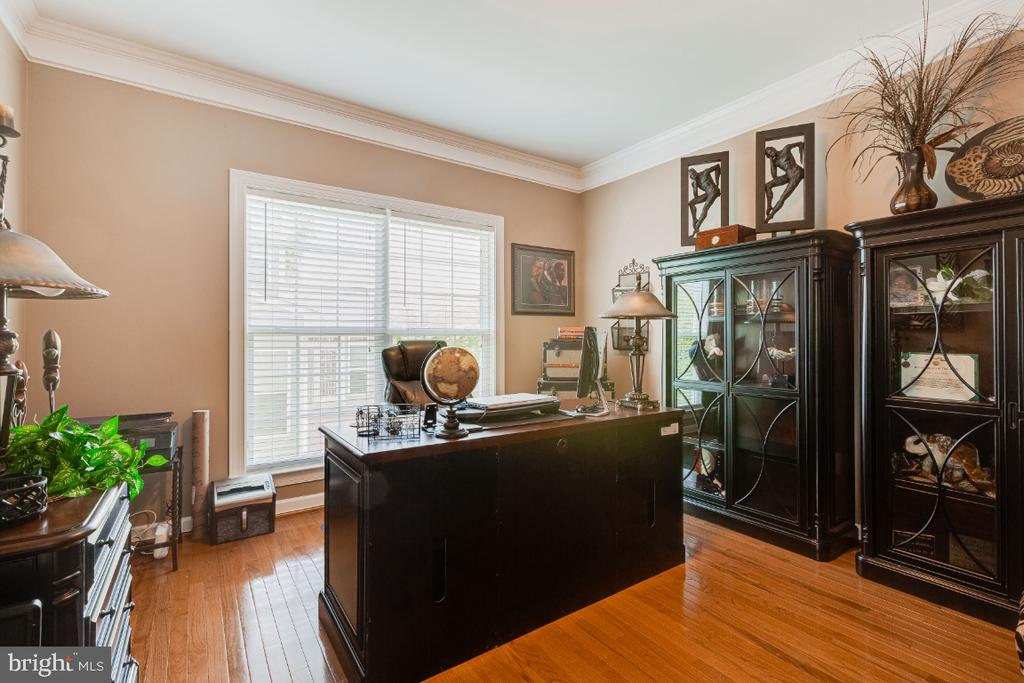 Large Office with Crown molding - 4917 TROTTERS GLEN DR, UPPER MARLBORO