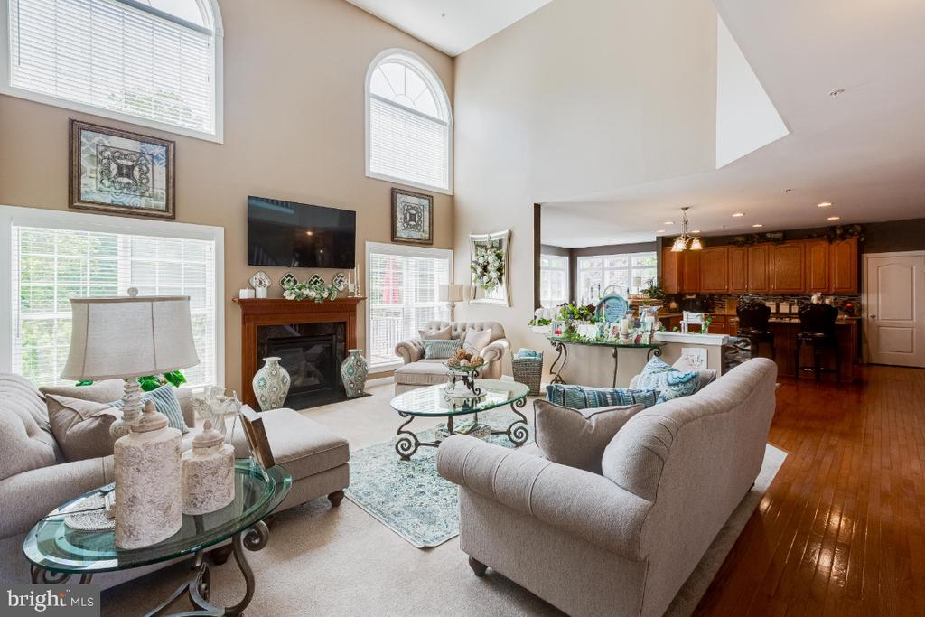 Bright Family Room w/ Gas Fireplace - 4917 TROTTERS GLEN DR, UPPER MARLBORO