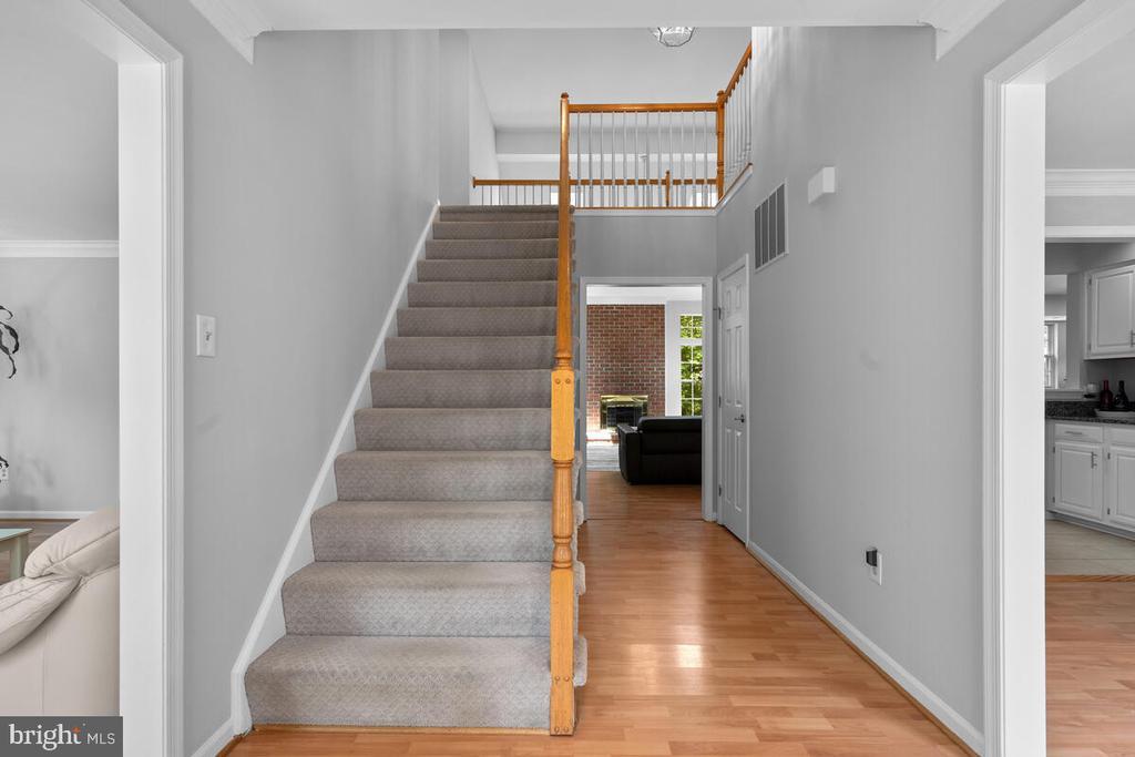 Double height foyer - 6425 STREAM VALLEY WAY, GAITHERSBURG