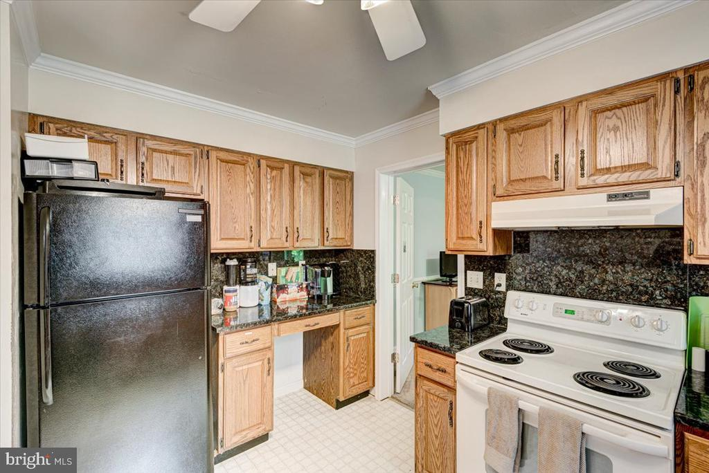 Plenty of cabinet space in the Kitchen - 2376 RIVER DR, KING GEORGE