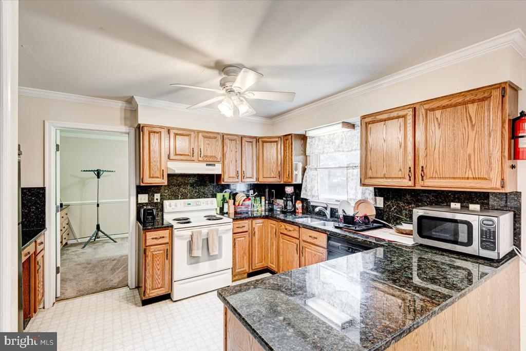 Kitchen with granite countertops - 2376 RIVER DR, KING GEORGE
