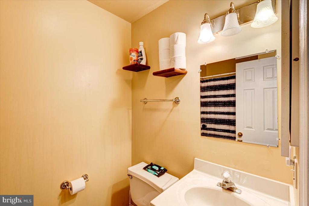 Main floor Full bathroom! - 2376 RIVER DR, KING GEORGE