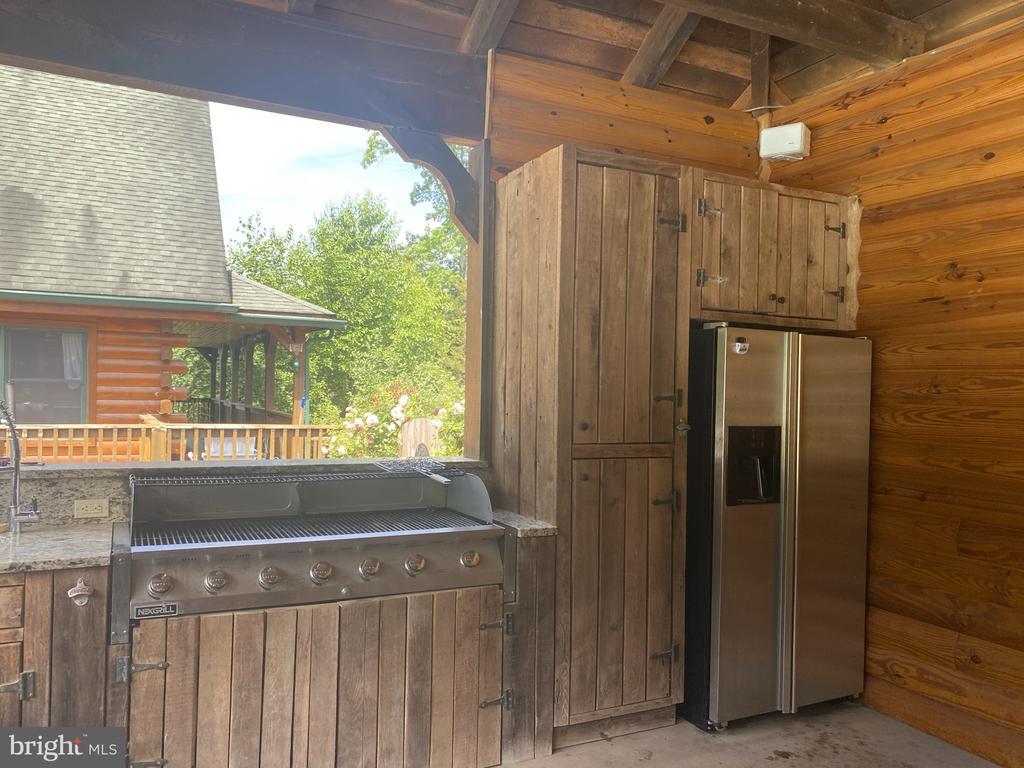 Full Outdoor Kitchen w/ 7 Burner Grill. - 23039 RAPIDAN FARMS DR, LIGNUM