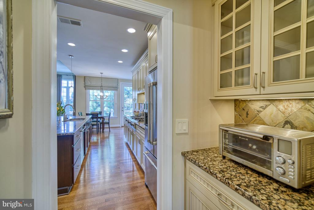 Butlers Pantry Connects the Kitchen & Dining Room - 42416 RINGNECK PL, BRAMBLETON
