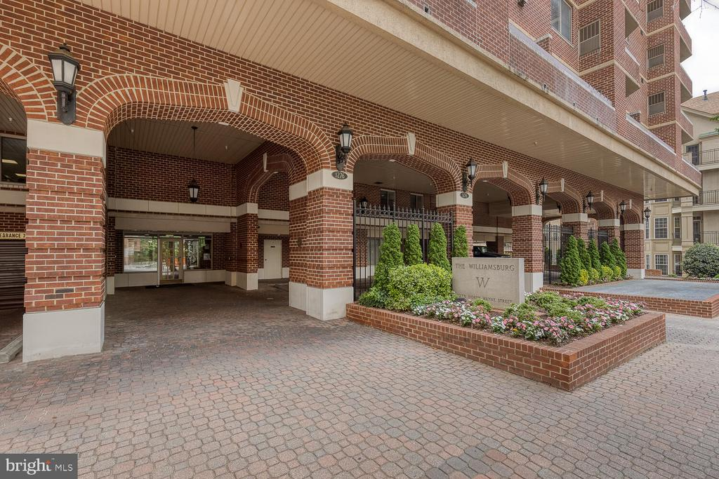 Front entrance with rare guest parking - 1276 N WAYNE ST #PH07, ARLINGTON