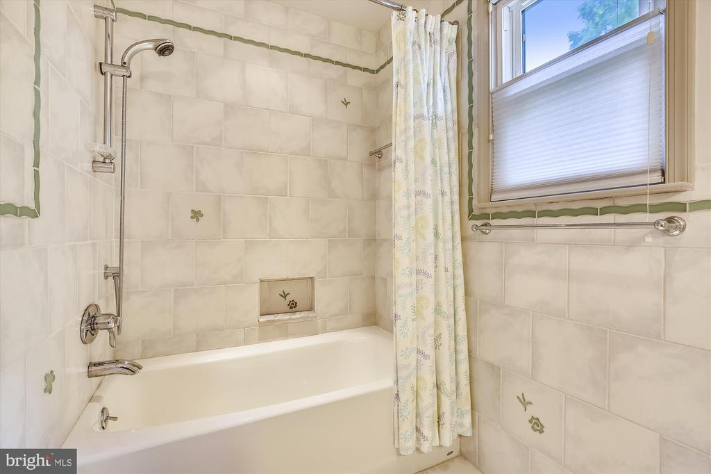 Tub in Hall Bathroom - 11517 DAFFODIL LN, SILVER SPRING