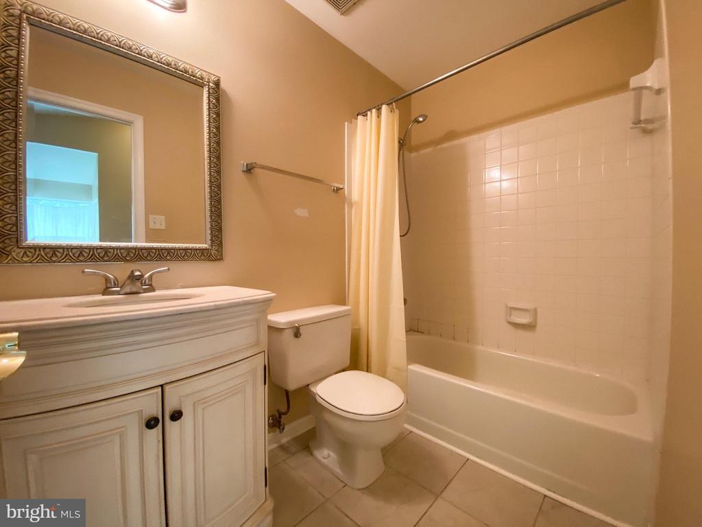 Hall Bath - 5450 STAVENDISH ST, BURKE