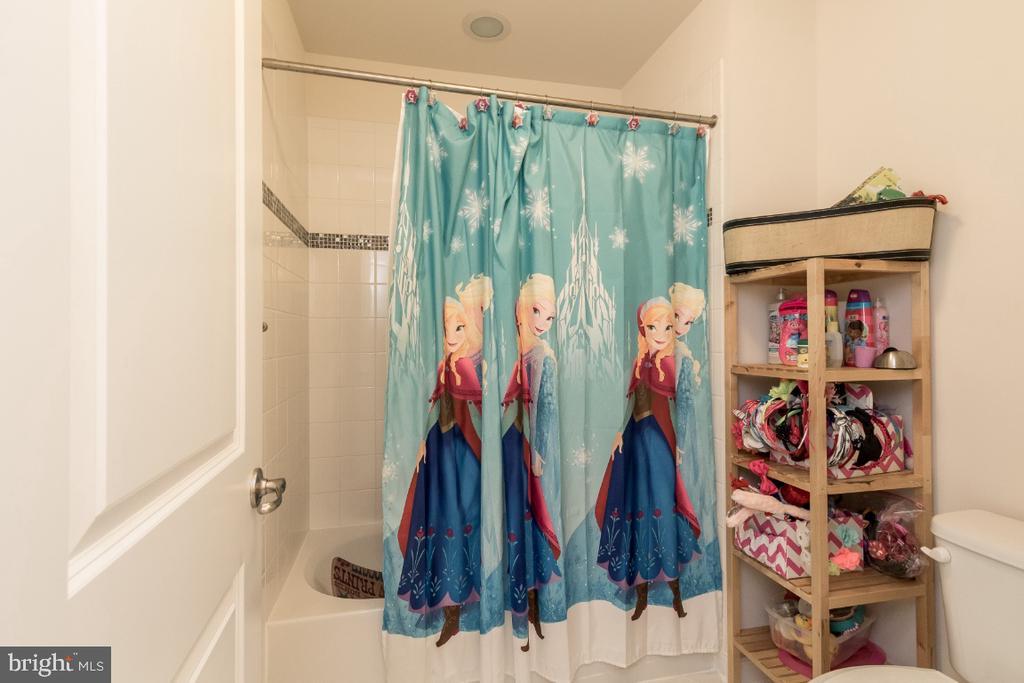 Jack & Jill full bath w/double sinks @ upper level - 16965 TAKEAWAY LN, DUMFRIES