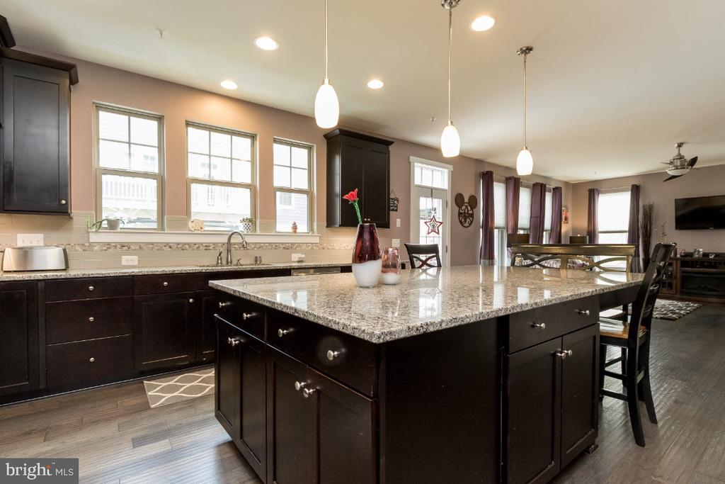 Expanded kitchen island w/custom bench & chairs - 16965 TAKEAWAY LN, DUMFRIES