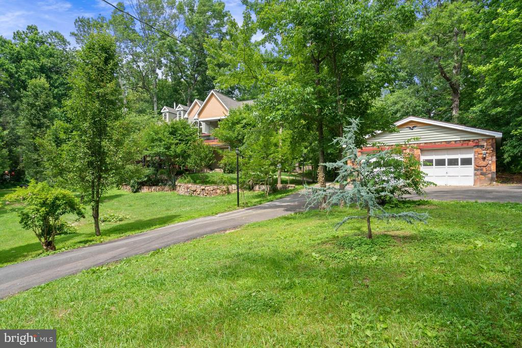 Almost 2 acres of privacy - 12805 KAHNS RD, MANASSAS