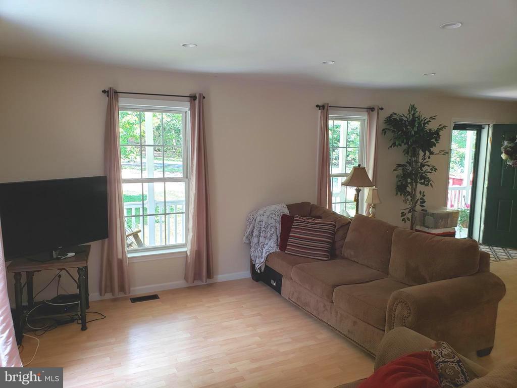 Spacious Living Room - 225 ASPEN TRL, WINCHESTER