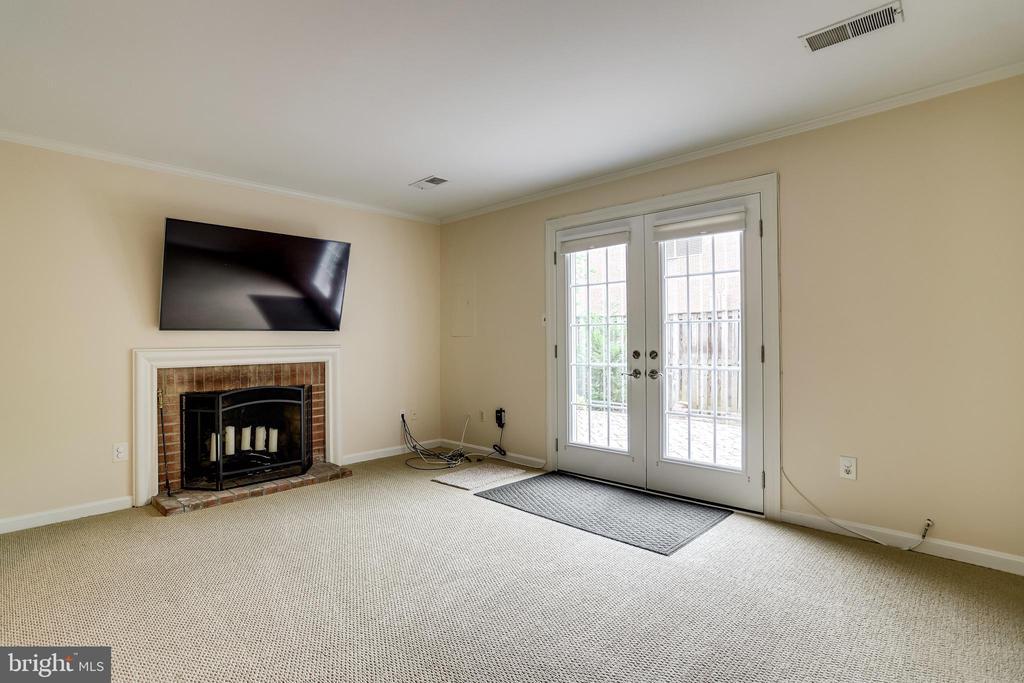 Wood burning fireplace, Large screen TV conveys - 6705 WASHINGTON BLVD #G, ARLINGTON