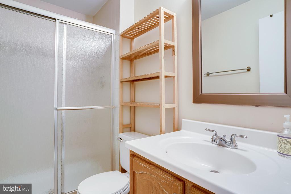 Lower level full bath - 6705 WASHINGTON BLVD #G, ARLINGTON