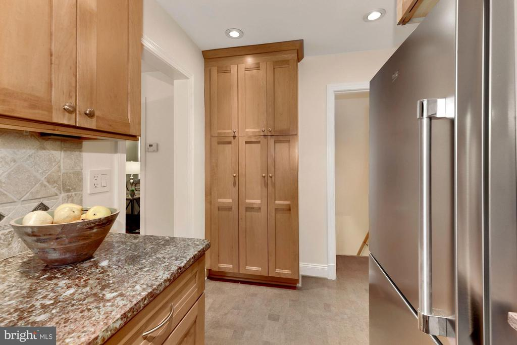 Kitchen toward stairs to lower level - 710 N NELSON ST, ARLINGTON