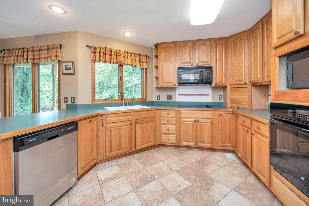 fully equipped all appliance kitchen - 205 PINE VALLEY RD, LOCUST GROVE