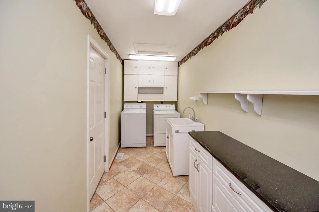 Laundry off garage w/utility sink & workspace - 205 PINE VALLEY RD, LOCUST GROVE