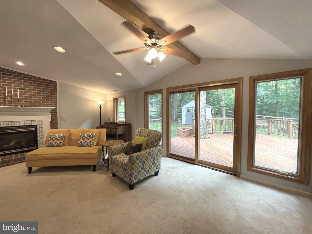 Living room opens onto the deck - 5919 VERNONS OAK CT, BURKE