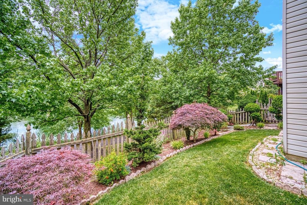 beautifully landscaped yard - 44101 RISING SUN TER, ASHBURN